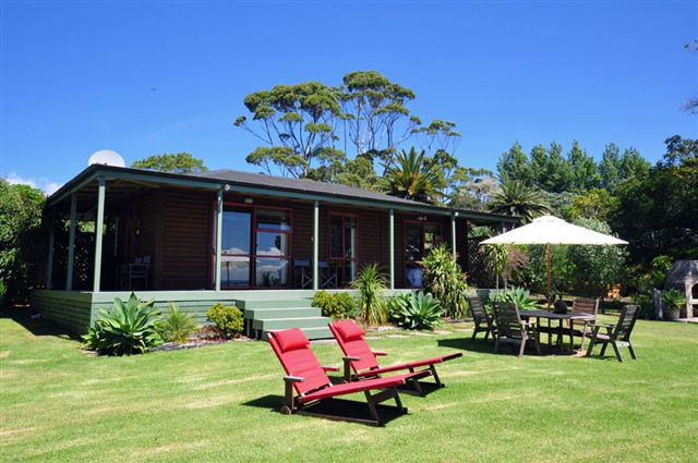 Pohutukawa waterfront holiday cottage